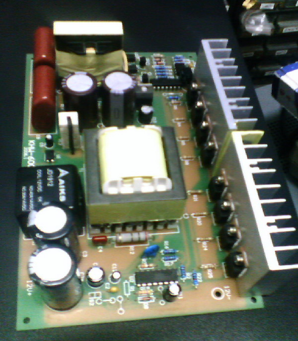 后来,我用配电用的电流互感器做铁芯.环形的铁芯,硅钢片质量不错.内经3.8cm外径6cm,厚约2cm,初级用1.5mm线绕30+30,次级0.5线1000匝,效率比起E形铁芯高了许多. 再后来用两个彩电高压包的铁氧体并联,组成口子形,线圈分别绕在两个柱子上,初级1.5,14+14圈,次级480圈.用15D的管子半边12个,这个功率做到了300W.